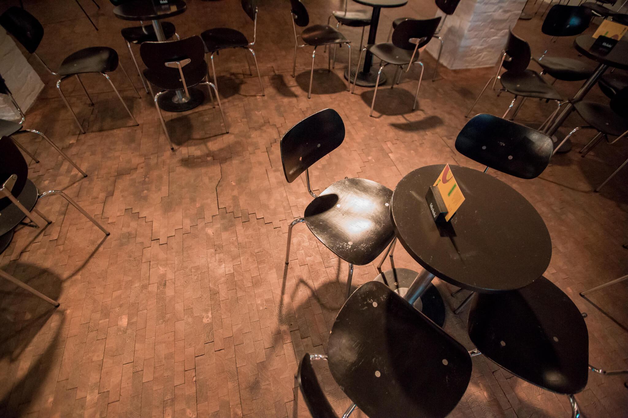 طاولات في النادي