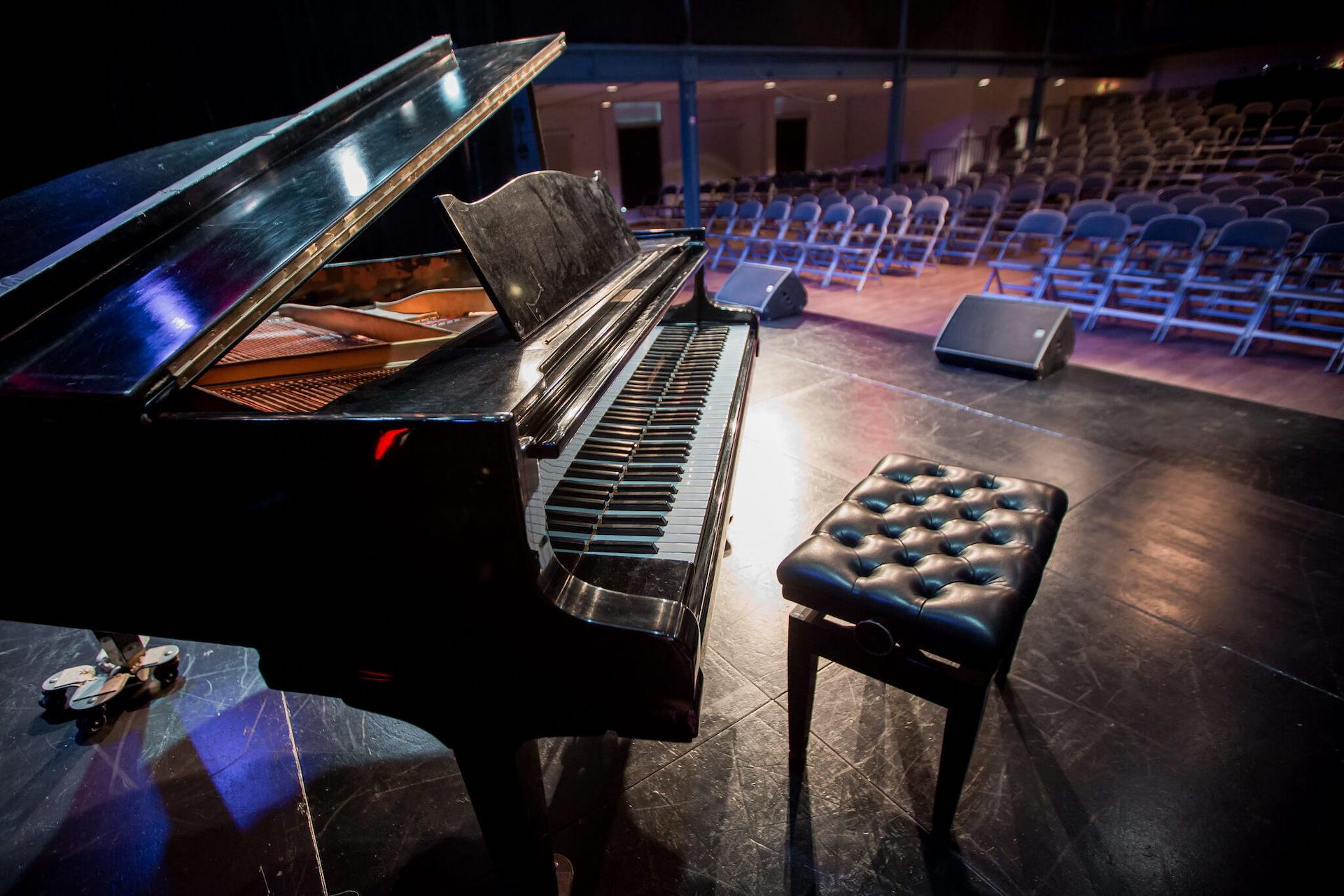 بيانو كبير في القاعة